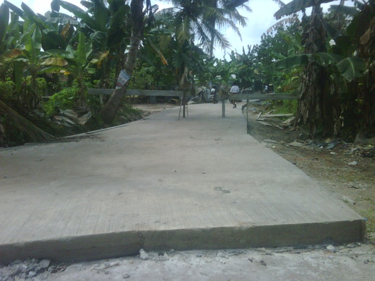 Jalan Beton Kelurahan Eka Jaya,Marene yang diduga tidak sesuai dengan RAB ( Rencana Anggaran Belanja )