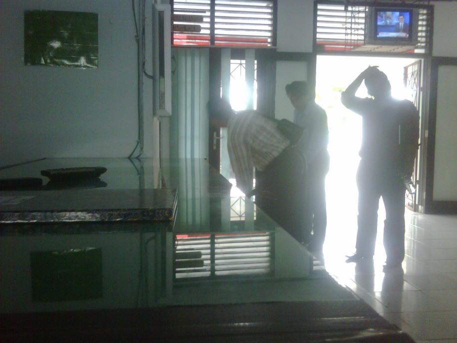 Kiri Depan baju salur ( Elvis,SH ) penasehat hukum Surya Indra,di bawah televisi ( Anom,SH ) Sedang menuju ruang humas Pengadilan Negeri Sengeti Kabupaten Muaro Jambi