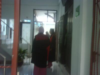 Hakim dan jaksa yang sedang bersiap melaksanakan sidang