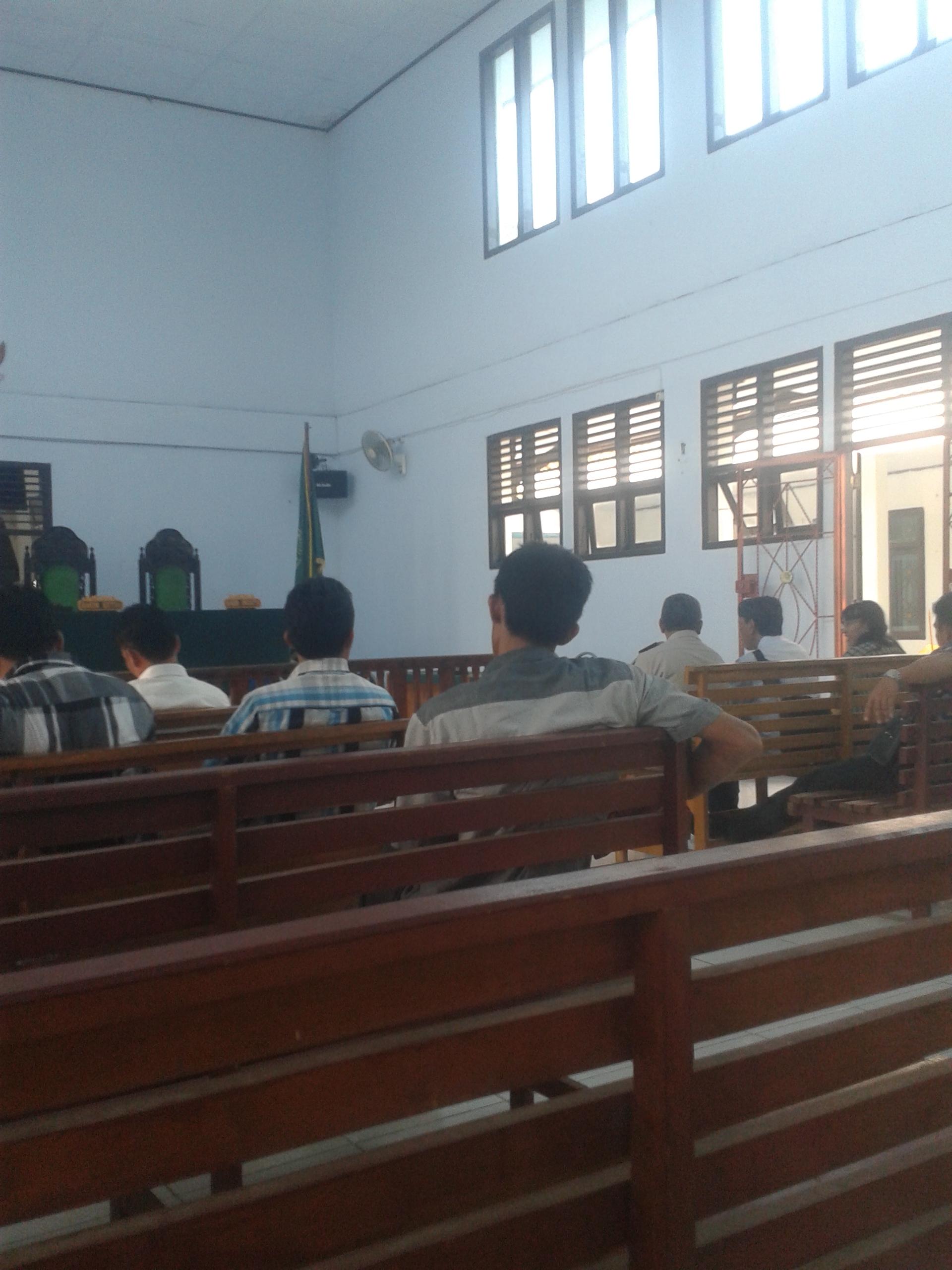 Suasana Sebelum Majelis Hakim Memasuki Ruang Dalam Sidang Sengketa Lahan Desa Arang-Arang Dengan Desa Sipin Teluk Duren