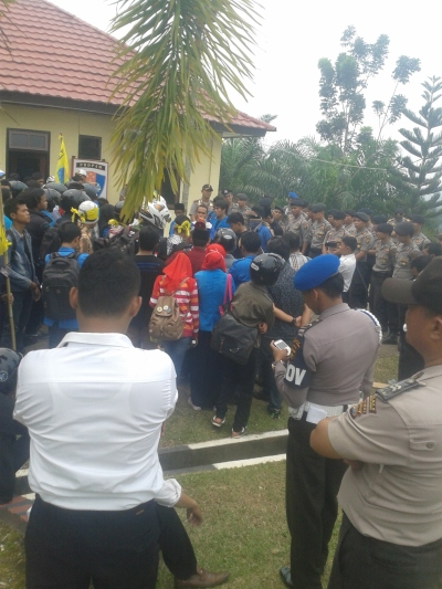 Mahasiswa IAIN STSJambi sedang Aksi Unjuk Rasa Depan Kepolisian Resort Muaro Jambi