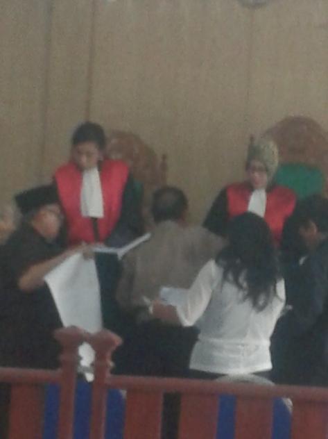 Tampak Surya Indra Kusuma  penggugat yang mengenakan  kopiah berwarna hitam