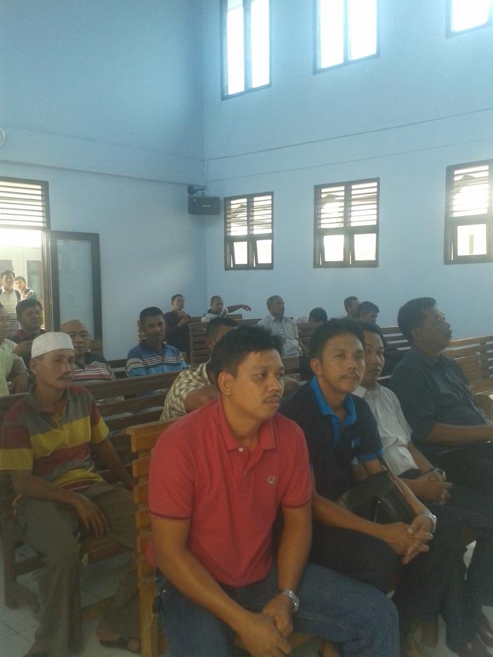 Massa yang menghadiri agenda sidang perselisihan tanah di Gedung Pengadilan Negeri Sengeti Kabupaten Muaro jambi,Selasa 07/10/2014/sekira pukul 12:25 WIB