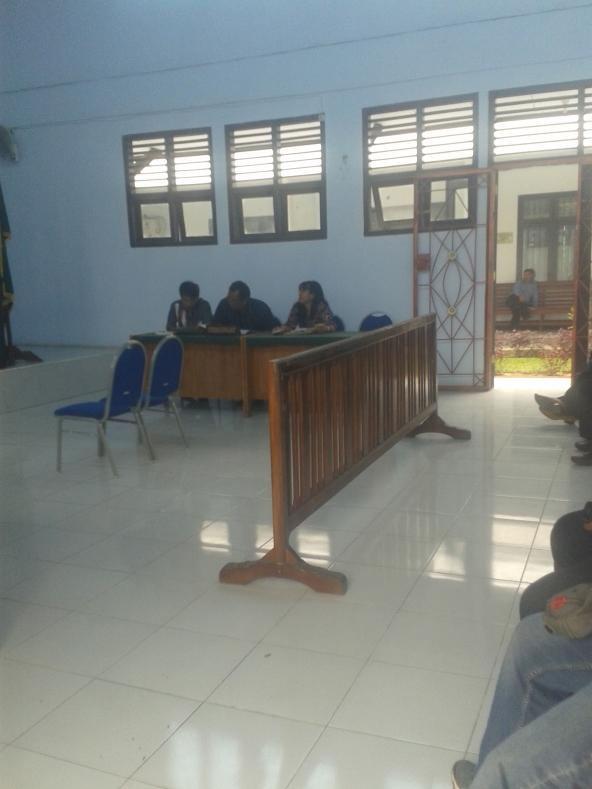 Pihak Tergugat Nampak Tenang dan rileks di Ruang gedung Pengadilan Negeri Sengeti Kabupaten Muaro Jambi