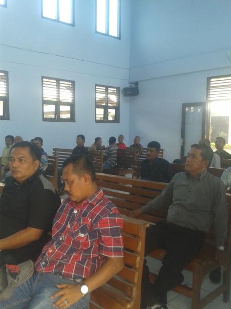 Massa Kedua belah pihak tengah mendengarkan penuturan Majelis Hakim di Ruang Gedung Pengadilan Negeri Sengeti Kabupaten Muaro jambi,Selasa 07/10/2014/sekira pukul 12:25 WIB