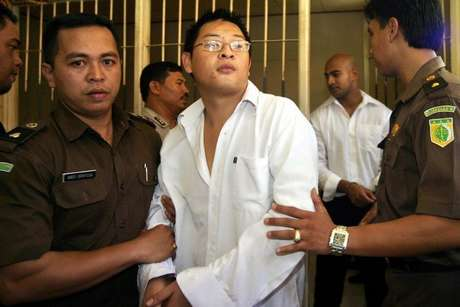 Andrew Warga Negara Australia ini dikenal sebagai godfather di kelompok Bali Nine. Dia bersama Myuran Sukumaran dan 7 orang lainnya tertangkap pada tahun 2005 atas kasus penyelundupan 8 kg heroin di Bali ke Australia. Grasinya ditolak melalui Keppres 9/G 2015.RESKRIM.Doc