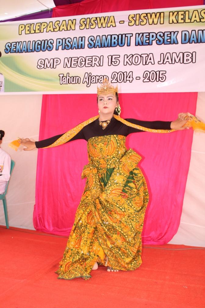 Salah satu tarian yang ditampilkan dalam acara perpisahan siswa-siswi SMPN 15 Jambi Timur.RESKRIM.Doc