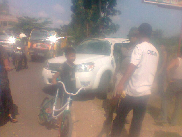 Mobil Pajero tabrak sepeda motor ( The Pajero car hit a motorcycle )