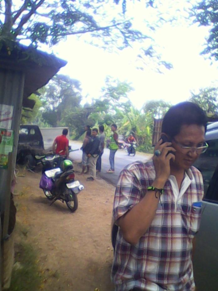 Pemilik tengah menghubungi mobil derek agar kejadian tersebut di TKP tidak diketahui pihak kepolisian.RESKRIM.Doc