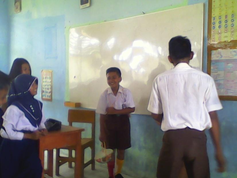 Dhea,Bendahara Osis tengah memberikan sanksi kepada siswa baru yang melanggar dalam MOS.RESKRIM.Doc