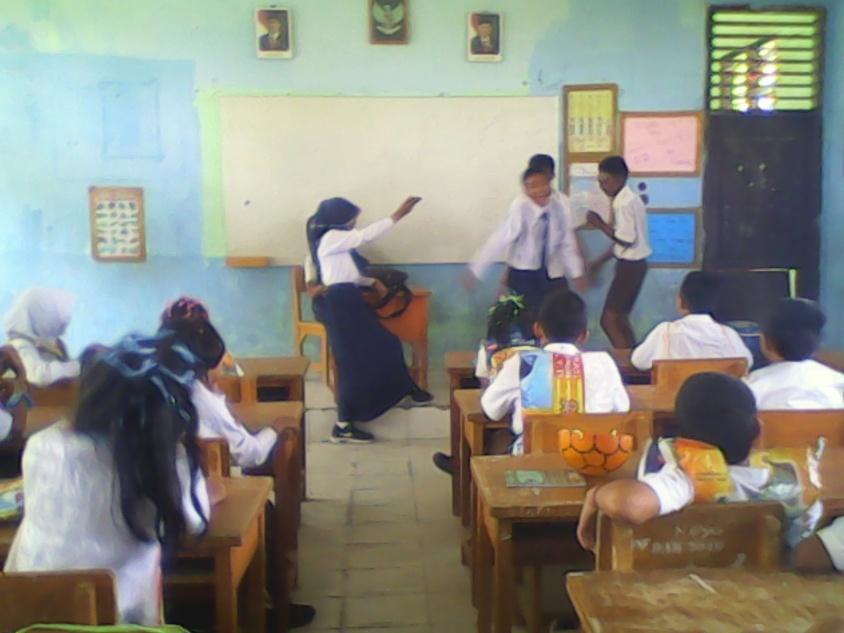 Mendapatkan sanksi dari kakak kelas dari Osis SMPN 15 untuk menari melaui iringan musik.RESKRIM.Doc