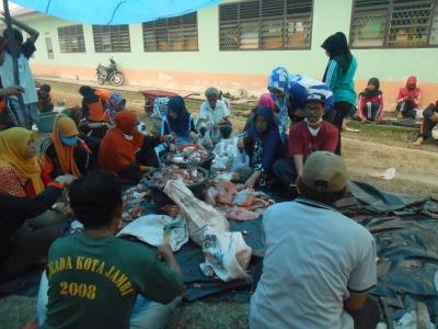 Suasana Setelah Persiapan Untuk membagikan daging kepada para siswa-siswi,dan masyarakat tidak mampu di sekitar lingkungan sekolah.RESKRIM.Doc