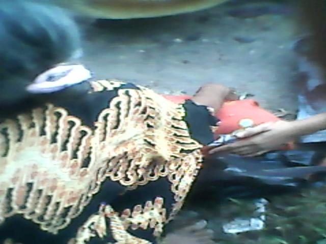 Si kecil yang telah menghembuskan nafas terakhir dan ditutup dengan kain merah.31/10/2015/13:45WIB.RESKRIM.Doc