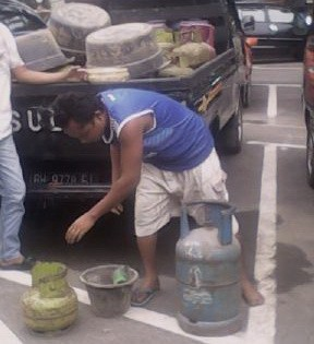 Person NGO SUSPECTED PENGOPLOS ELPIJI BACK UP TO 3 KG LPG 12 KG IN Muaro JAMBI