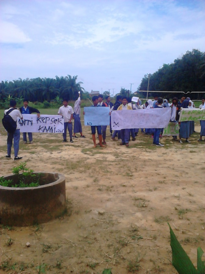 Para siswa yang sedang aksi di halaman sekolah SMKN 10 Muarojambi.RESKRIM.Doc
