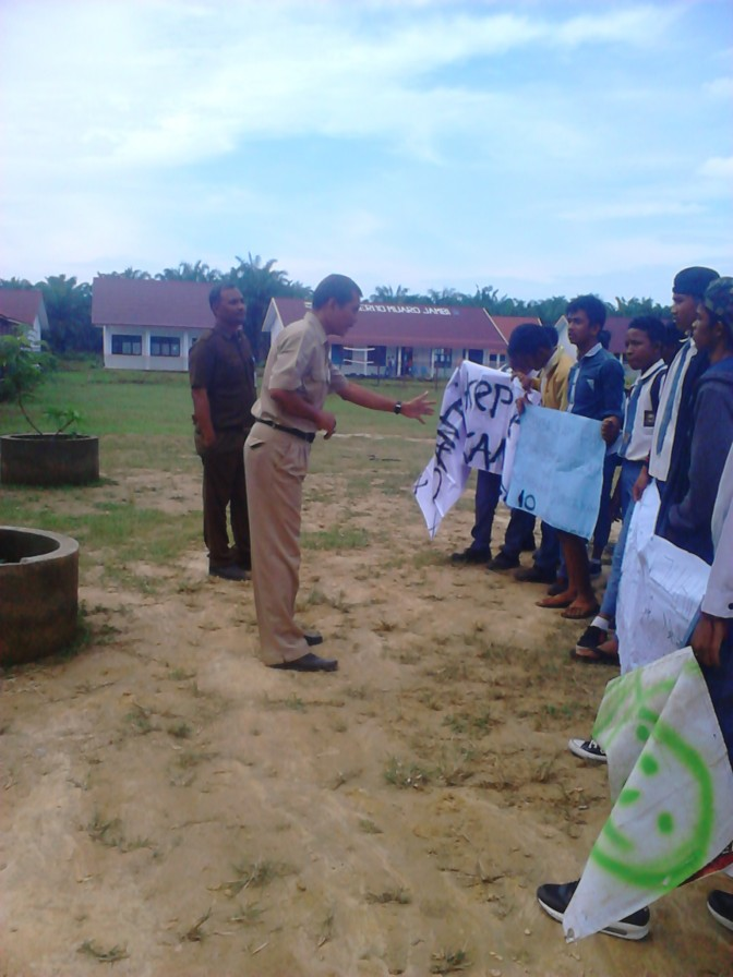 PRINCIPALS SMKN 10 MUAROJAMBI beaten trance STUDENTS WHO STRIKES IN ACTION LEARNING