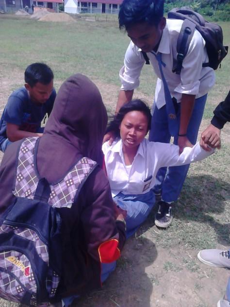 Siswi yang kesurupan saat aksi di depan halaman Sekolah SMKN 10 Muarojambi  yang menyerang Kepala Sekolah 8ecffca002