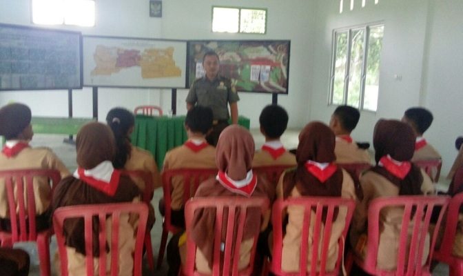 Babinsa KELURAHAN PIJOAN Pelda FERI SANTOS MEMBER KORAMIL 0415-06 / PIJOAN KODIM 415 / Batanghari PROVIDES INSIGHT OF THE NATIONALITY OF THE MEMBERS OF THE SCOUT SMAN 1 Muaro Jambi.